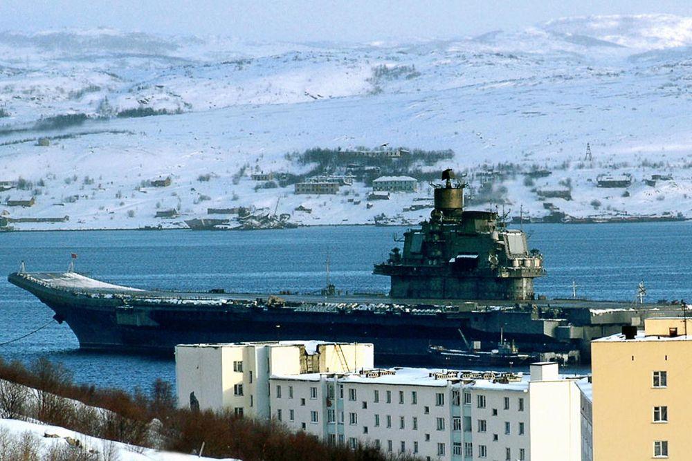 Тяжёлый авианесущий крейсер «Адмирал флота Советского Союза Кузнецов» предназначен для поражения крупных надводных целей, защиты морских соединений от нападений вероятного противника. Крейсер был спущен на воду в 1985 году. Входит в состав Северного флота. Длина корабля составляет 306 м. Скорость – 53 км/ч. Экипаж – 626 человек.