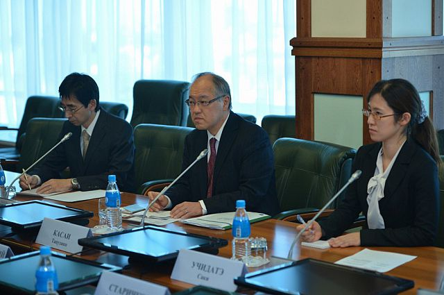 Генеральный консул Японии во Владивостоке (в центре).