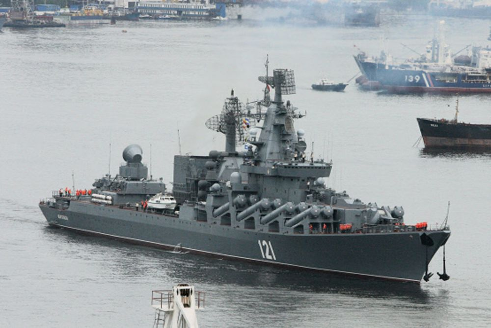 Ракетный крейсер «Москва» является флагманом Черноморского флота России. Длина корабля составляет 186 метров. В автономном плавании он может находиться 30 суток. Экипаж — 416 человек. Максимальная скорость крейсера — 60 км\ч. Корабль вооружен противовоздушным комплексом «Риф» С-300Ф, пушкой АК-130, артустановкой АК-630, противокорабельными ракетами «П-1000 Вулкан», зенитным ракетным комплексом «Оса-М». На крейсере находится один вертолет «Ка-27».