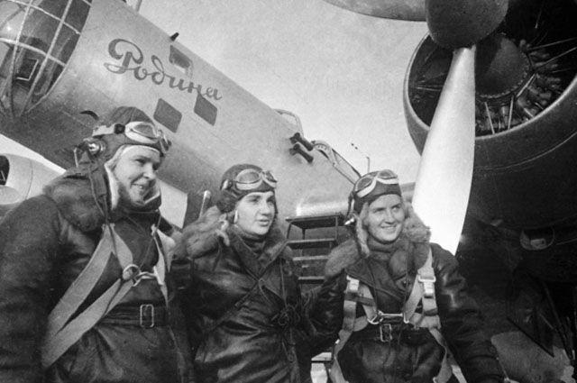 Лётчицы Осипенко (слева), Гризодубова (в центре) и Раскова (справа) перед полётом.