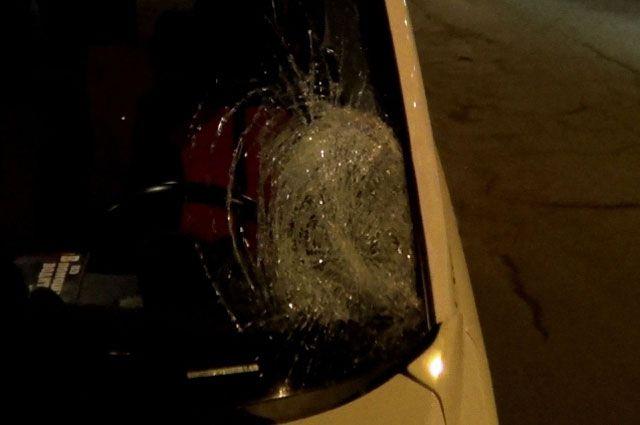 После наезда на школьниц у иномарки разбилось стекло.