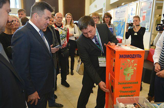 Главе региона демонстрируют экомодуль по утилизации особо опасных бытовых предметов.