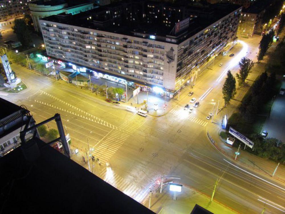 Ночной город с крыши высотки.