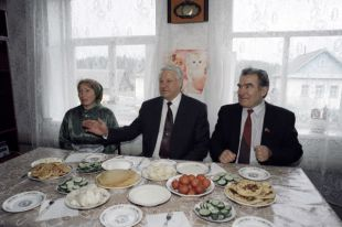 Президент РФ Борис Ельцин сидит за столом в гостях у семьи Никитиных в деревне Якшур Завьяловского района.