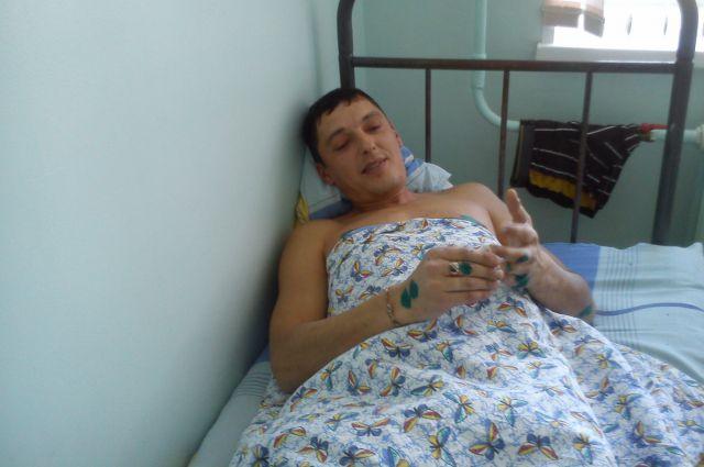 Мужчина выздоравливает в больнице.