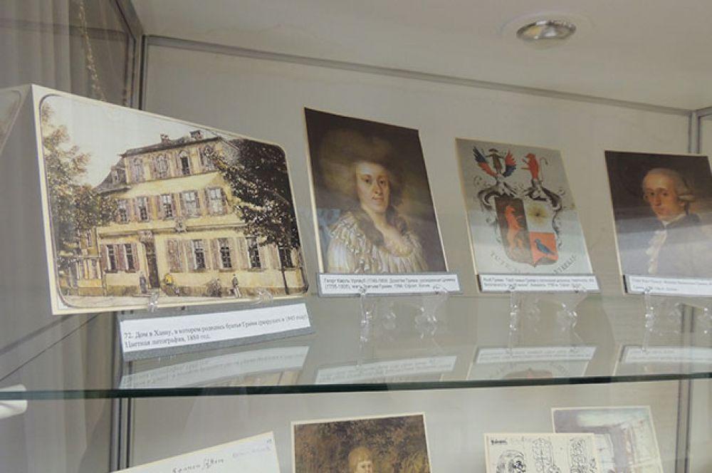 На выставке есть фотографии дома, где жили братья, членов их семьи, семейного герба