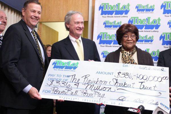 Луиза Уайт пришла в магазин ради мороженного, но решила заодно купить еще и лотерейные билет. Через пару часов она была дома и смотрела новости. Мисс Уайт записала выигрышную комбинацию и решила сравнить со своими билетами – все цифры совпали. 336,4 миллиона долларов – именно столько составил джек-пот. 83-летняя Луиза живет в доме вместе со своим сыном, художником и музыкантом ЛеРоем и его женой, медицинской сестрой Деборой. Луизе пришлось выплатить налог штата Род-Айленд в размере 14 миллионов долларов, и федеральный налог в 52,5 миллиона.