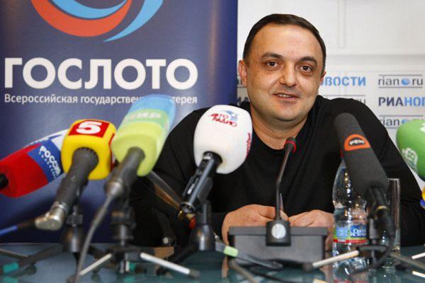 Альберт Бегракян – один из российских счастливцев, сорвавших большой куш. Он в 2009 году выиграл 100 млн. рублей в лотерею «Гослото» и… спустил их за 2 года. На что хватило его выигрыша? Он вложился в строительство гостиницы в Краснодарском крае, купил три квартиры в Питере, 16,3 миллиона - ушло на ремонт ождной из них, купил себе «Лексус» и машину отцу, потратился на жилье для сестры в Армении, 12 миллионов рублей одолжил друзьям.