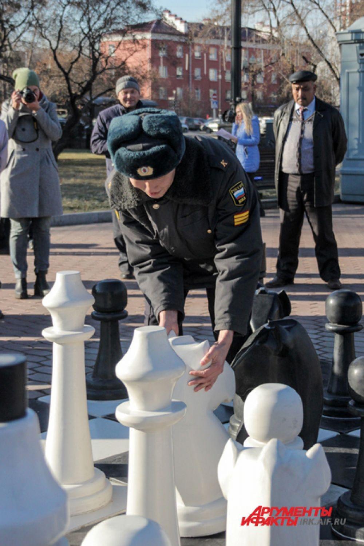 Курсанты МВД на личном примере показали иркутянам игру в динамичные шахматы.