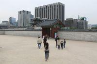 К королевскому дворцу Кёнбок совсем близко уже подобрались многоэтажки.