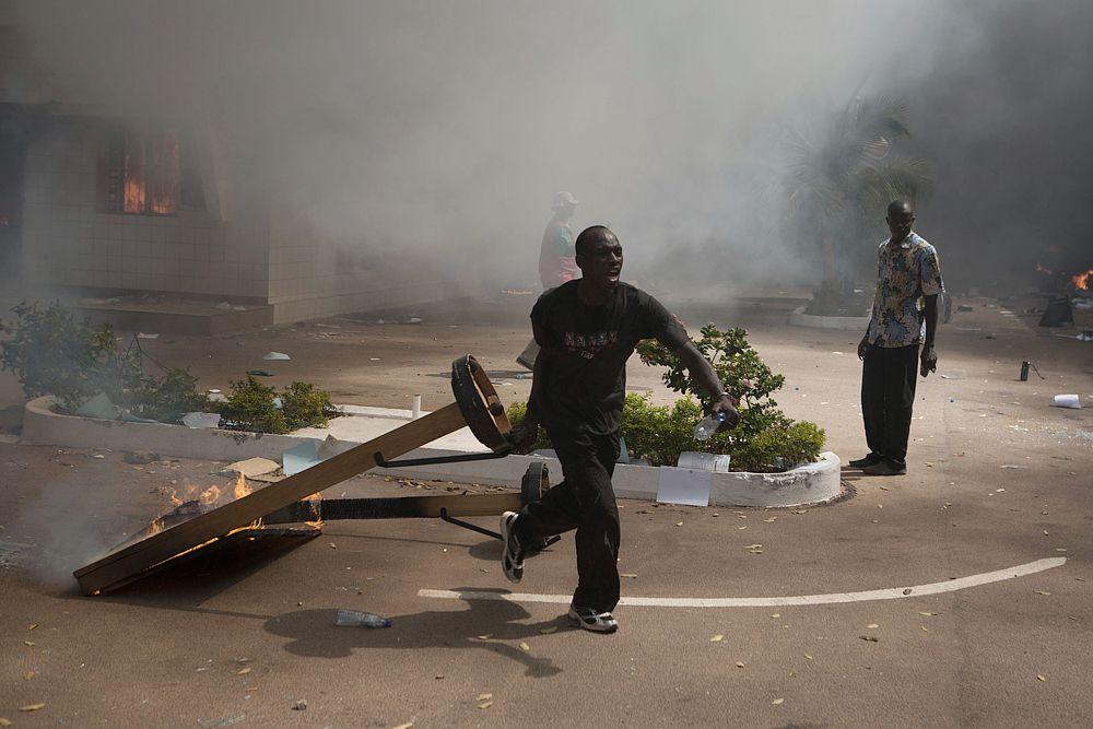 Для снижения напряженности в Буркина-Фасо в Уагадугу 31 октября отправится спецпосланник ООН по Западной Африке Ибн-Чамбас. Кстати, это не первый мятеж в Буркина-Фасо. В апреле 2011 года взбунтовался президентский полк. Военные добивались выплаты им жилищных субсидий.
