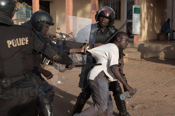 Массовые беспорядки в Буркина-Фасо вынудили президента страны Блэза Компаоре распустить правительство и ввести режим чрезвычайного положения. Компаоре попросил митингующих прекратить демонстрации и перейти к спокойному диалогу.