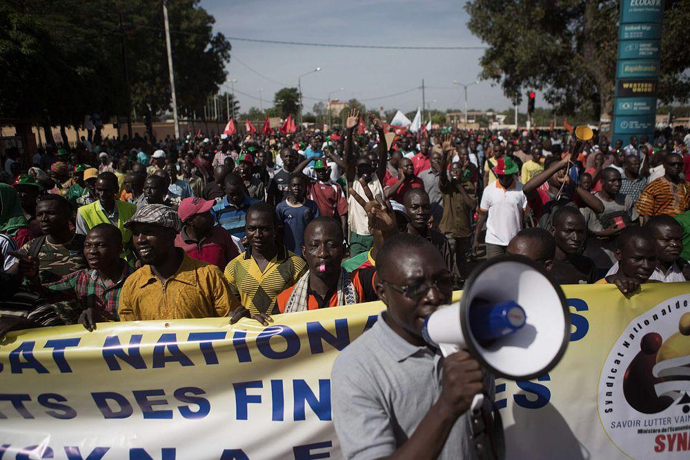 Массовые выступления в Уагадугу начались 28 октября. Тысячи людей вышли на улицы в знак протеста против продления президентского срока Компаоре, который пришел к власти в 1987 году в результате военного переворота.