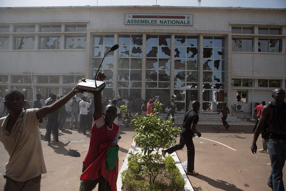 Но сотни протестующих вышли на улицы Уагадугу в знак протеста. Они захватили здание парламента страны и здание государственного телевидения и объявили о начале «черной весны».