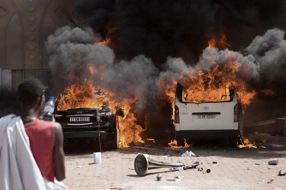 Однако полторы тысячи протестующих прорвали полицейский кордон и ворвались в здание парламента. В ходе обысков в его помещениях они начали жечь документы и красть компьютерное оборудование. Оставшиеся на улицах поджигали стоящие рядом машины.