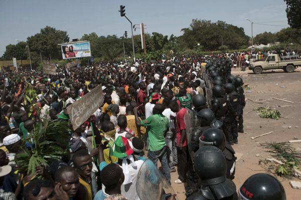 По Конституции страны, переизбрание действующего главы государства допускается только один раз. В то же время у Компаоре, который официально был избран главой Буркина-Фасо в 1991 году, подходит к концу второй пятилетний президентский срок, а до этого он на протяжении двух семилетних сроков выполнял обязанности президента.