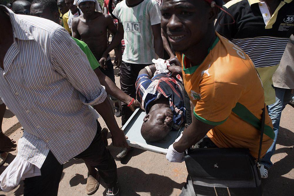 В ходе штурма военные применили огнестрельное оружие против протестующих, однако десятки солдат присоединились к ним.