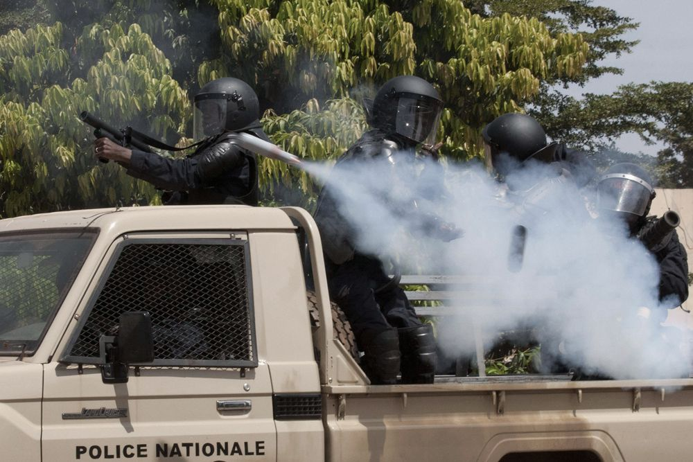 Полиция применила против демонстрантов слезоточивый газ, чтобы попытаться предотвратить беспорядки, несколько участников митинга были арестованы.