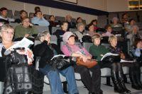 Десятки пенсионеров уже прослушали первую часовую лекцию.