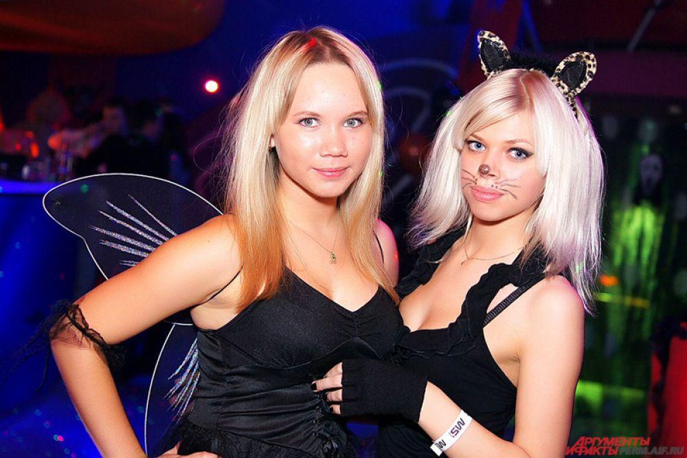 Девушки, коих большинство, предпочитают одеваться ведьмами,невестами, школьницами, монашками истюардессами.