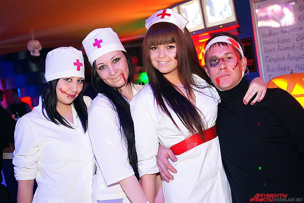 Еще один популярный образ в праздник - кровавая медсестра.
