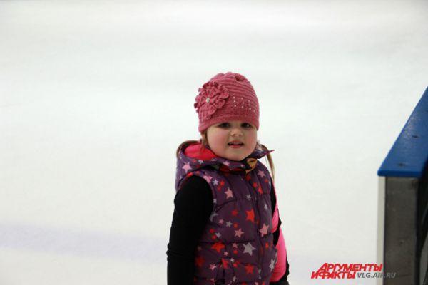 Самые нарядные на льду - девочки.