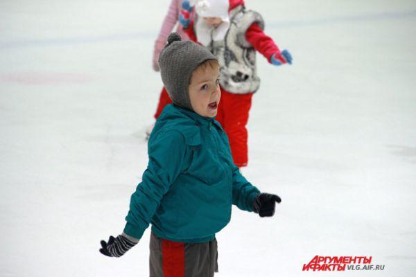 Мальчиков на льду очень мало.