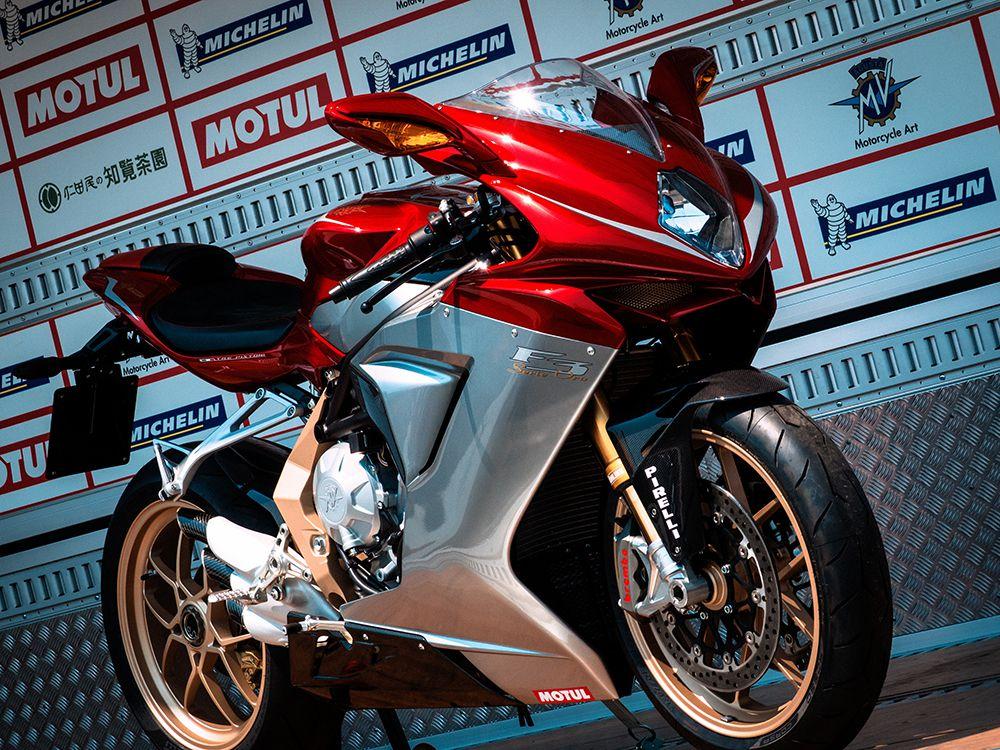 MV Agusta F4 1000 R. При весе байка в 192 кг четырехцилиндровый двигатель развивает мощность до 166 л.с. Рабочий объем мотора – 998 куб. см,  расход топлива – 7 литров на 100 км. До сотни машина разгоняется менее чем за 3 секунды. Максимальная скорость мотоцикла – 299 км/час.