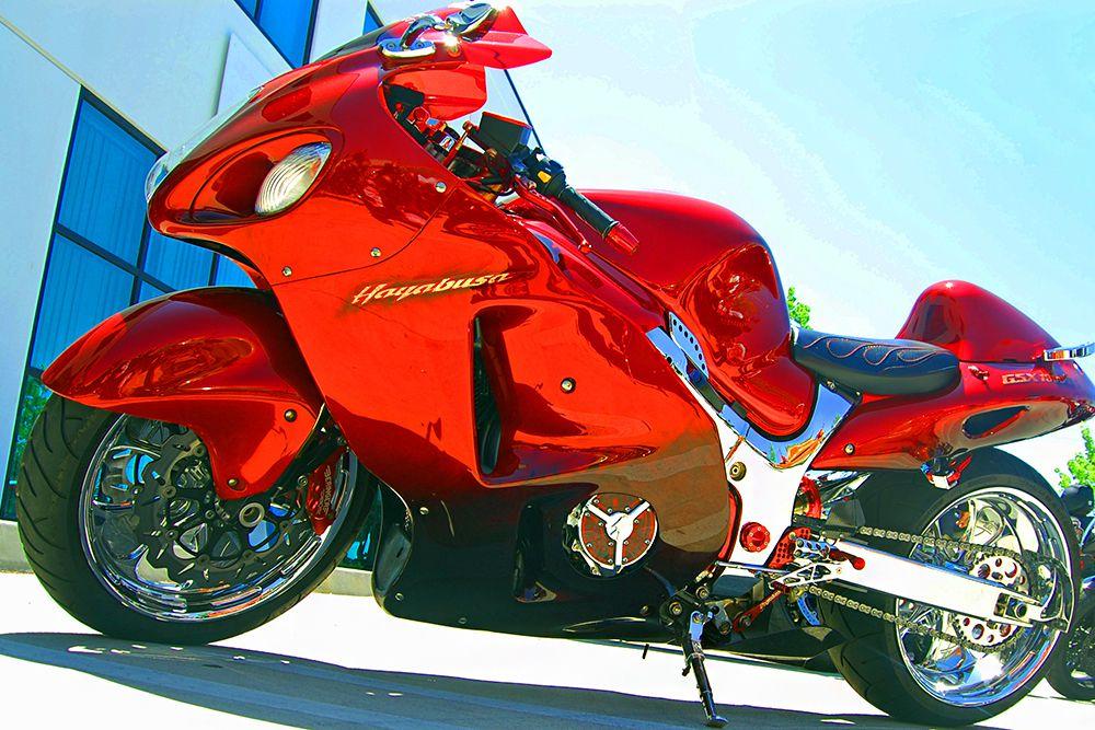 В топ 10 самых быстрых мотоциклов входит Suzuki Hayabusa. Технические и скоростные характеристики этого байка позволяют ему развивать скорость до 360 км/час. У машины необычный дизайн, цель которого – отличная аэродинамика для более устойчивого поведения мотоцикла на дороге. Мотор этого красавца обеспечит на ведущем колесе мощность не менее 175 л.с. Снаряженный вес машины около 245 кг, емкость топливного бака – 21 литр.