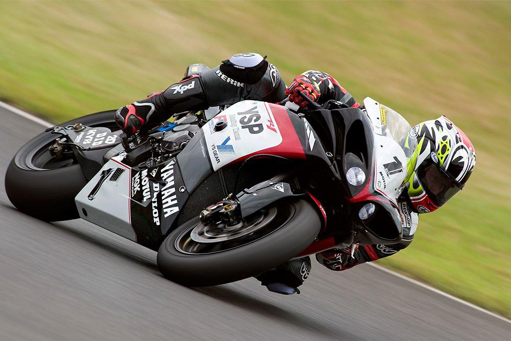 Двигатель третьего поколения Yamaha YZF R1, рабочий объем которого составляет 998 см3, снабжен кривошипно-шатунным механизмом короткого хода. Это позволяет мотоциклу развить мощность до 182 лошадиных сил при крутящем моменте 12500 оборотов в минуту. Yamaha YZF R1 подвластна скорость в 300 км/час.