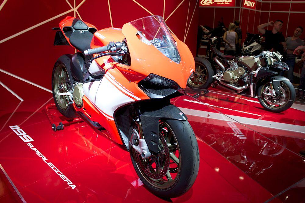 1199 Superleggera — самый уникальный и желанный Ducati среди всех созданных прежде. Его соотношение мощности к весу — рекордно высокое со времен существования мотоциклов: 177 кг к 200 л.с. Максимальная скорость ограниченна электроникой – 300 км/ч. Ради этого байка придется раскошелиться на 4,5 млн рублей. Всего будет выпущено только 500 экземпляров Superleggera.