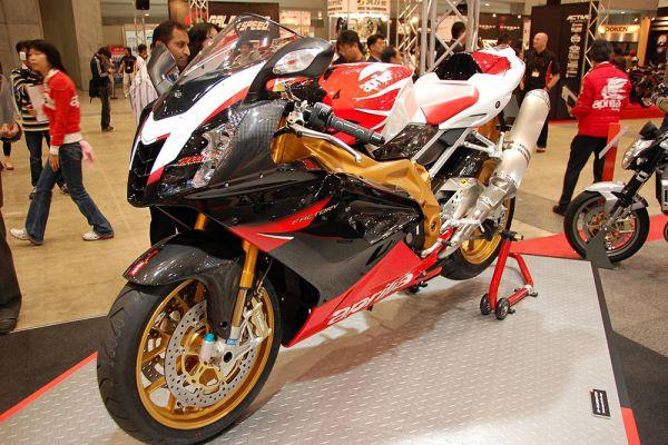 Быстрейших байк компани Aprilia – RSV 1000R Mille – это мотоцикл с двигателем V 60 Magnesium из магниевого сплава. Силовая установка в 143 л.с. позволяет машине разогнаться до 260 км в час.