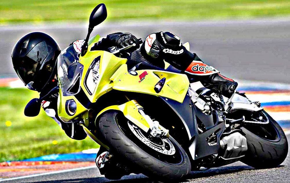 BMW S1000 RR  — спортивный мотоцикл серийного производства от BMW Motorrad. Разгон до 100 км/ч происходит за 3,1 с. Максимальная скорость мотоцикла – 299 км/ч. В 2014 году баварский производитель представил третью версию байка. От предшественников мотоцикл отличается обновлённой рамой, геометрия которой была модифицирована для улучшения управления в связи с установкой более мощного двигателя в 193 л.с. Вес машины составил 202 кг.