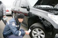 Сотрудник ГАИ проверяет автомобиль