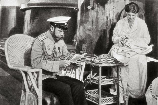 Император Николай II и его супруга Александра Федоровна Романова в часы досуга.