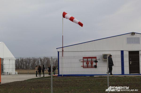 Флюгер, указатель ветра, - пока один из немногих атрибутов аэропорта