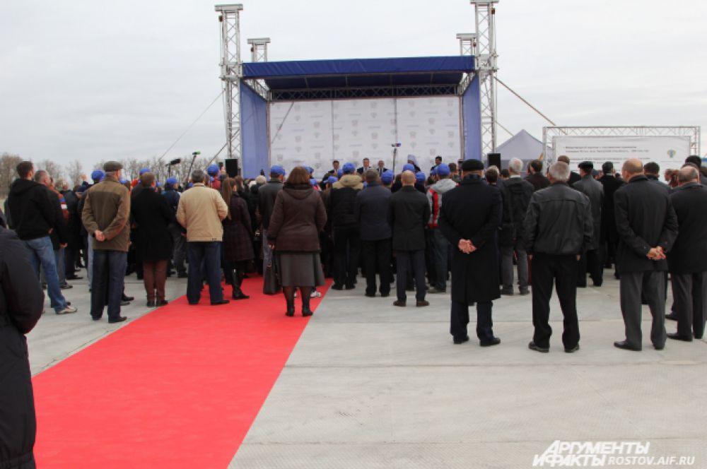 Около 200 человек приняло участие в официальной церемонии