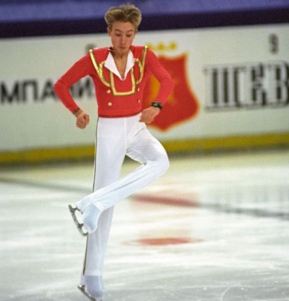 В 1993 году 11-летний Евгений Плющенко в одиночестве переезжает в Санкт-Петербург, где преподавали сильнейшие тренеры по фигурному катанию. В городе на Неве тренером Плющенко стал легендарный Алексей Мишин. Во многом благодаря этому в 1998 году звезда Плющенко засияла на мировом небосклоне. 16-летний спортсмен впервые в карьере выигрывает чемпионат России и отправился на мировое первенство вместо снявшегося с соревнований Ильи Кулика, но занимает только 3 место.