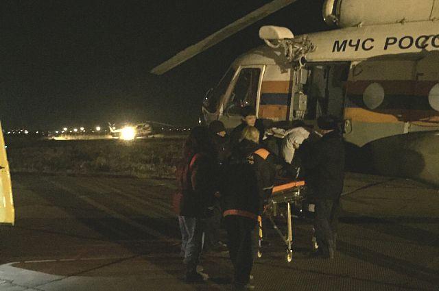 Пострадавшего увезли на вертолёте.
