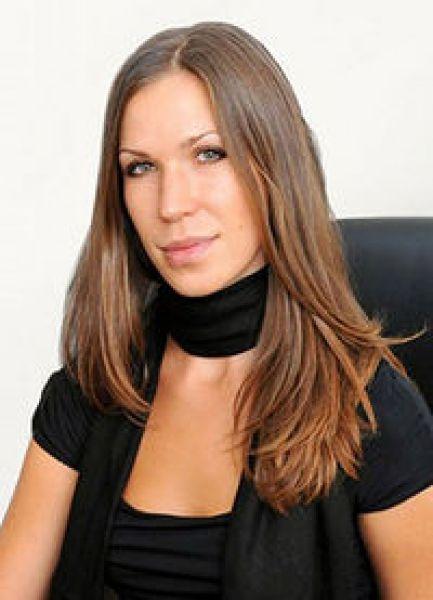 Юлия Антонова – участвует в бизнесе своего отца – президента концерна «Галнафтогаз» Виталия Антонова, девушка является членом набсовета концерна «Галнафтогаз». Также она управляет ресторанами «A la minute» – заведениями при заправках сети «ОККО»