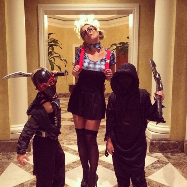 Певица Бритни Спирс, несмотря на свой давно не тинейджерский возраст, решилась одеться в школьное мини-платье. Образ она дополнила чисто ученическими аксессуарами – гетрами, рюкзаком, очками и бантиками