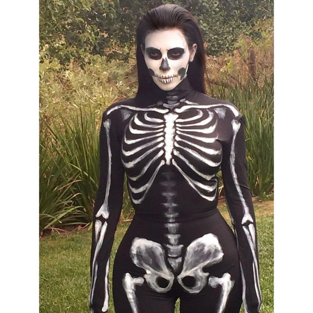 Известная американская звезда Ким Кардашьян выбрала типичный образ скелета для празднования Хэллоуина