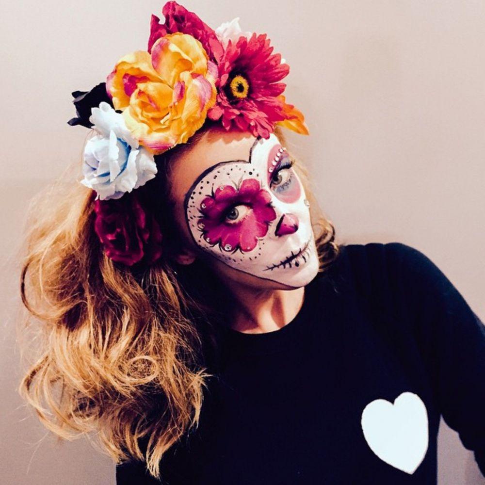 Кайли Миноуг появилась в необычном гриме. На ее лице красуются противоположные по значимости знаки – череп и цветы