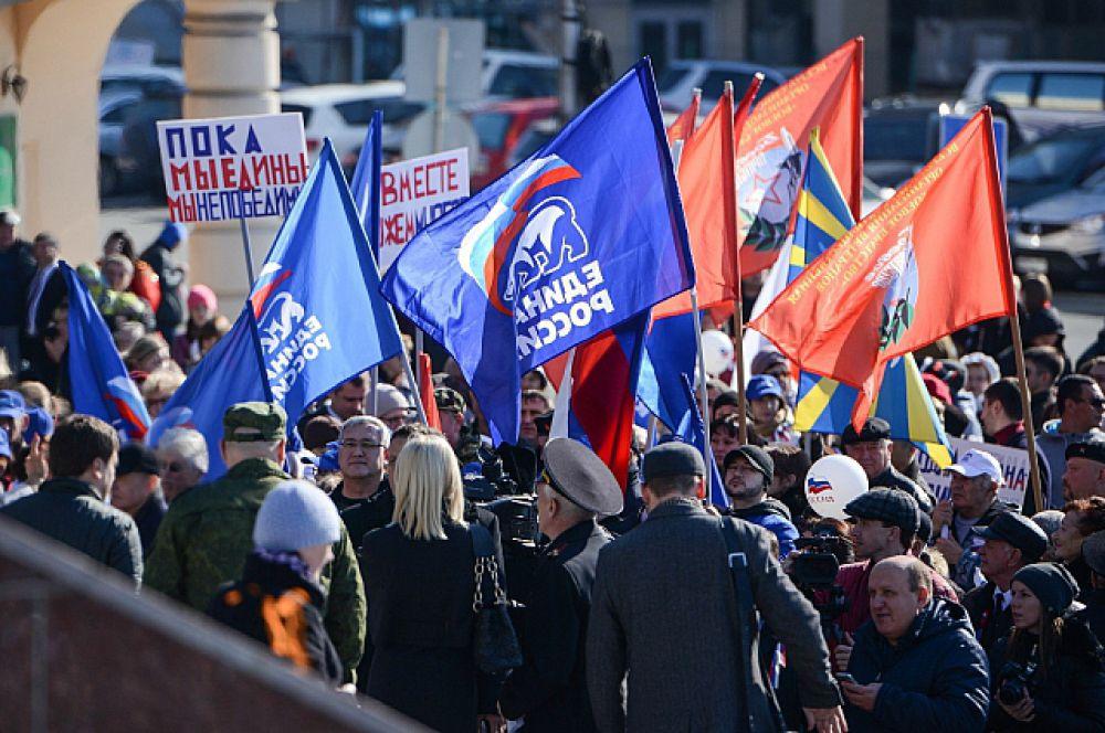 Флаги весело трепетали на ветру.