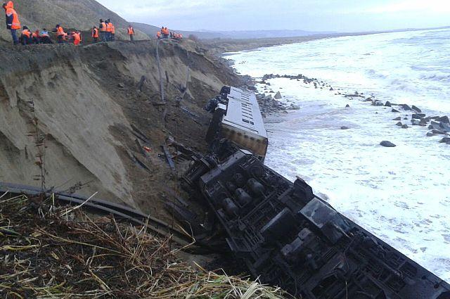 Поезд свалился с насыпи прямо в море.