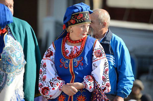 Многие нарядились в национальные костюмы.