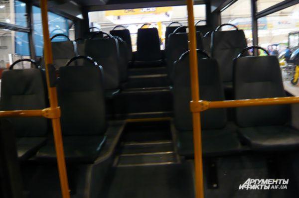 Машина оснащена мягкими креслами с ремнями безопасности