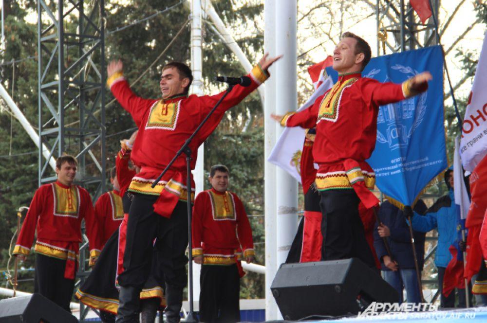 Коллективы народного творчества танцевали и пели песни.