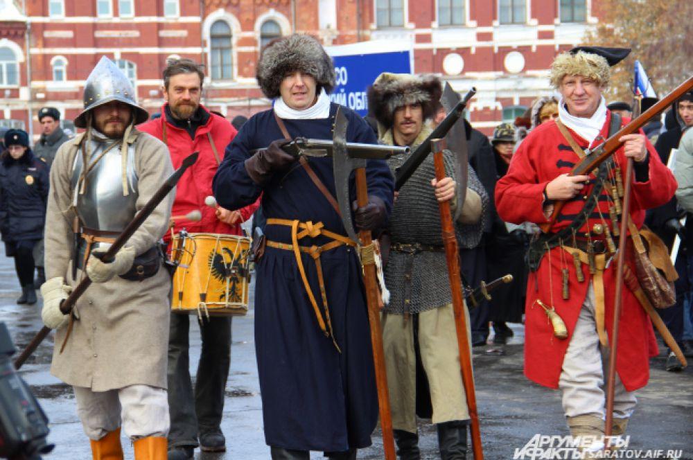 Участники шествия в костюмах 17-18 века.