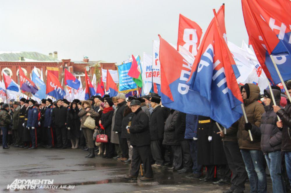 На митинге собрались представители нескольких политических партий.